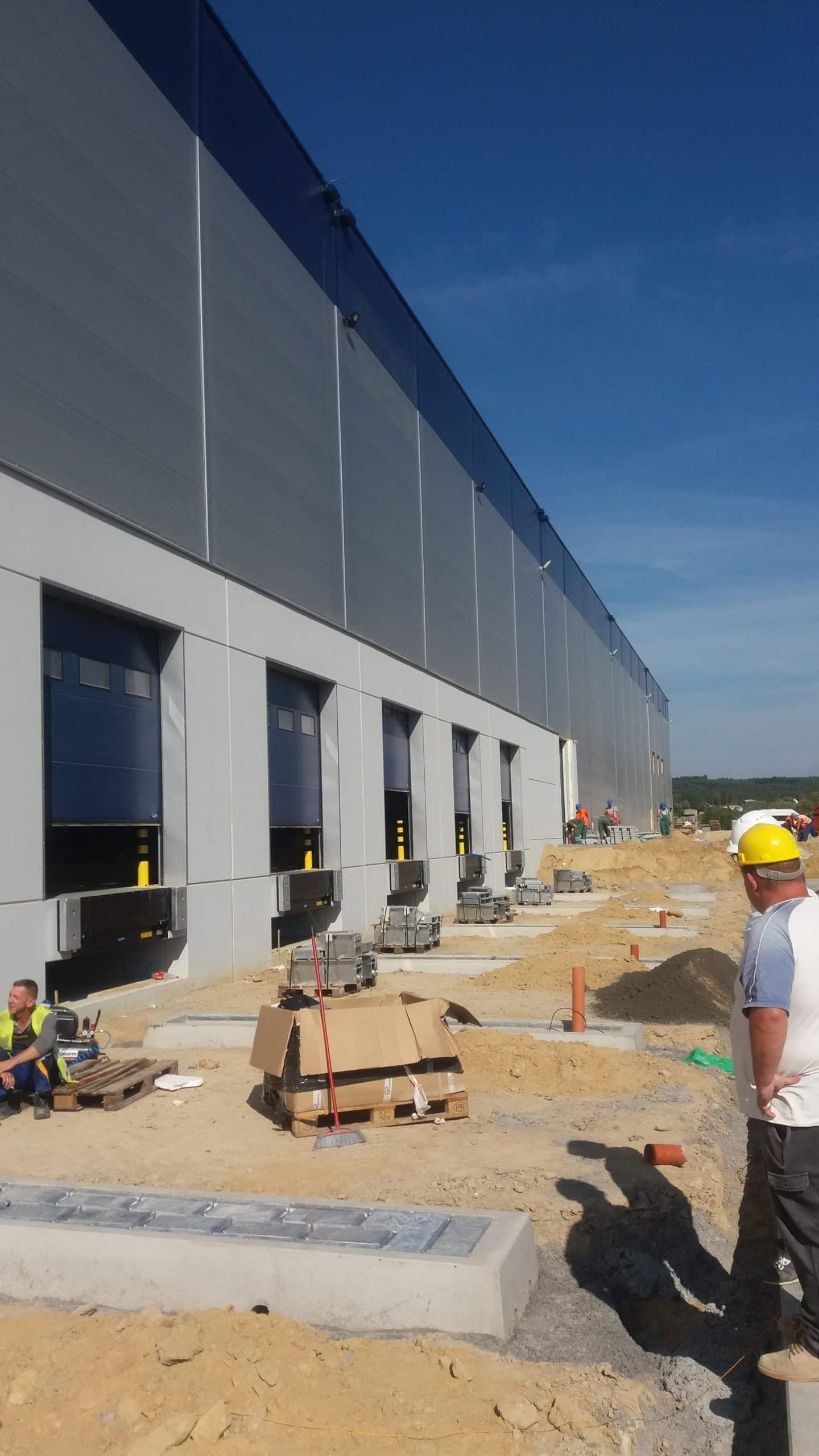Ouvriers sur chantier installation Calematic retenu sur plusieurs grandes plateformes logistiques