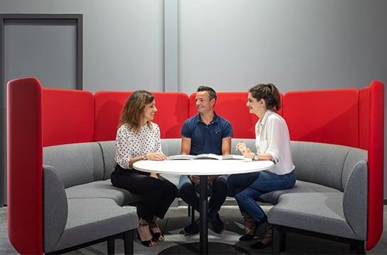 Trois personnes autour d'une table Norsud